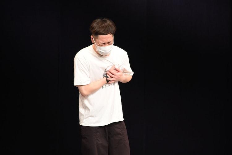 誠子のプロポーズを聞き、胸を押さえるインポッシブルえいじ。