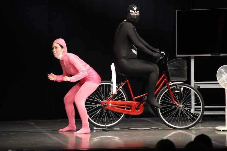 自転車ケツ止めに挑戦する尼神インター・誠子。