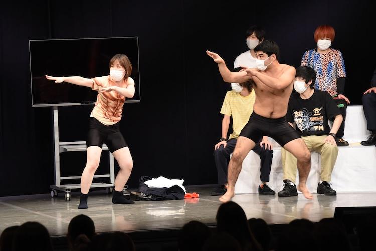 巨大昆虫と戦うことになった尼神インター・誠子とインポッシブルひるちゃん。
