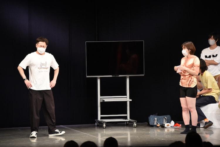 誠子の思いを聞き、苦悩するインポッシブルえいじ(左)。