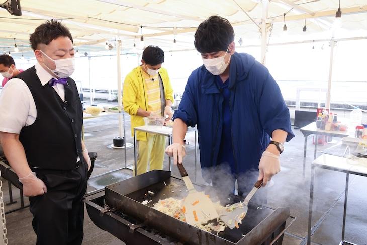 博多大吉が焼きそばを調理するワンシーン。(c)関西テレビ