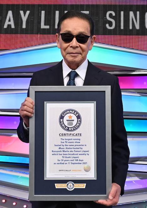 ギネス世界記録認定の盾を手にしたタモリ。 (c)テレビ朝日