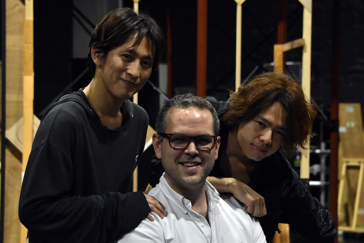 ミュージカル「グランドホテル」公開稽古の様子。左から成河、トム・サザーランド、中川晃教。