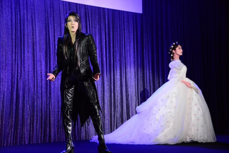 宝塚歌劇団宙組「エリザベート-愛と死の輪舞(ロンド)-」制作発表会にて、パフォーマンスする実咲凜音と朝夏まなと。