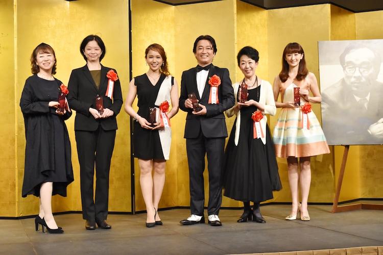 第41回菊田一夫演劇賞授賞式の様子。左から竜真知子、小川絵梨子、ソニン、駒田一、梅沢昌代、花總まり。