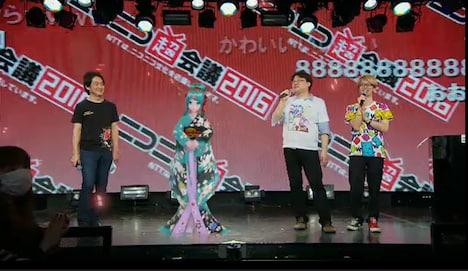 ニコニコ超会議2016発表会の様子。左から夏野剛、初音ミク、伴龍一郎、奥井晶久。