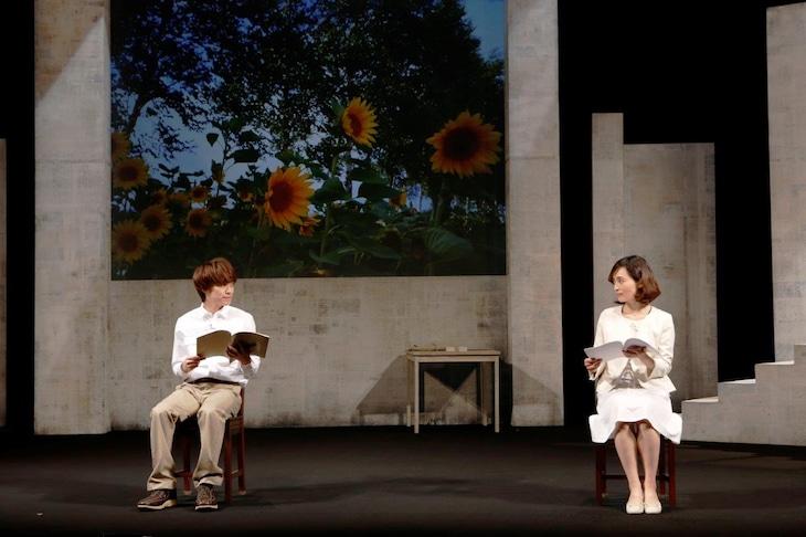 「朗読劇 私の頭の中の消しゴム 8th letter」より。左から平間壮一、和音美桜。