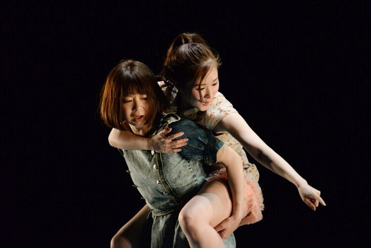 「あなたがいなかった頃の物語と、いなくなってからの物語」ゲネプロより。左から伊東沙保、島田桃子。