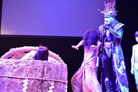 取っ組み合いをする貞子と伽椰子を、デーモン閣下がたしなめる様子。
