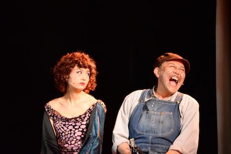 左から、木村花代演じるマートル・ウィルソン、コング桑田演じるジョージ・ウィルソン。