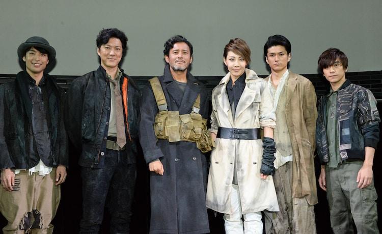 「ミュージカル 『バイオハザード ~ヴォイス・オブ・ガイア~』」フォトセッションの様子。左から、海宝直人、吉野圭吾、横田栄司、柚希礼音、渡辺大輔、平間壮一。