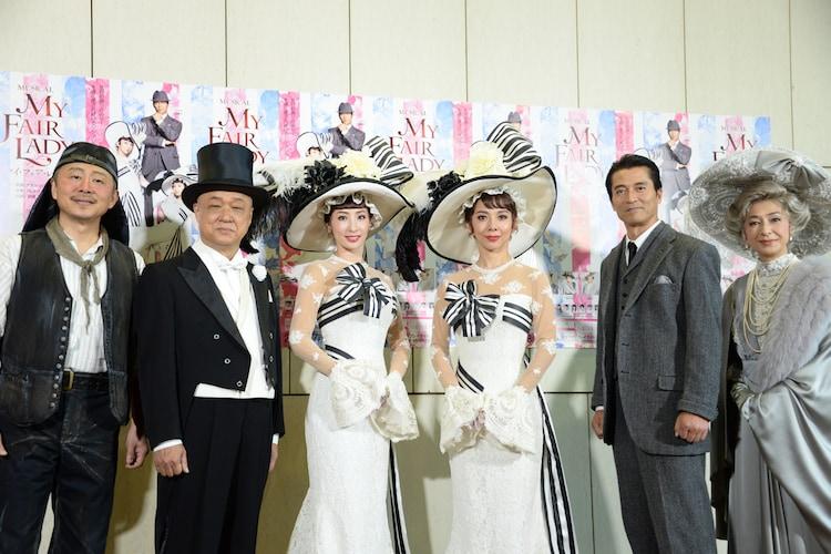 ミュージカル「マイ・フェア・レディ」フォトセッションの様子。左から、松尾貴史、田山涼成、真飛聖、霧矢大夢、寺脇康文、高橋惠子。