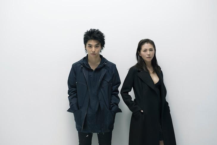 シアターコクーン・オンレパートリー2016「シブヤから遠く離れて」出演者。左から村上虹郎、小泉今日子。