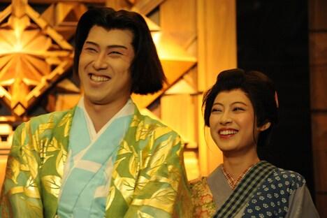 ミュージカル「狸御殿」フォトセッションの様子。左から尾上松也、瀧本美織。