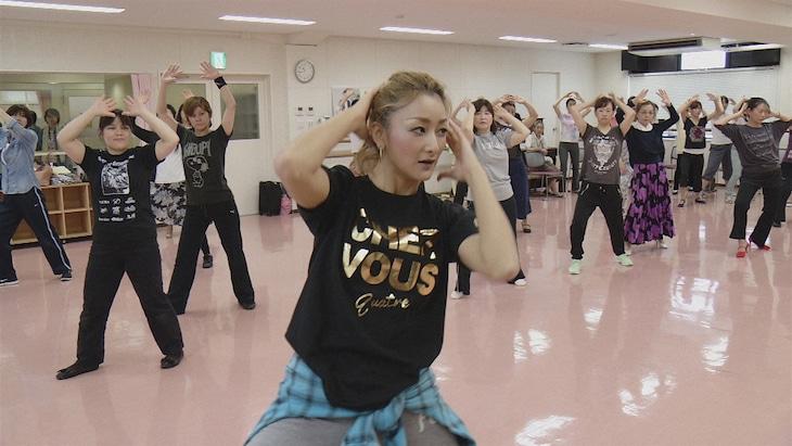 NHK BSプレミアム「新日本風土記『宝塚』」より、退団後もOGとして歌劇の魅力を伝える元タカラジェンヌ。(c)NHK