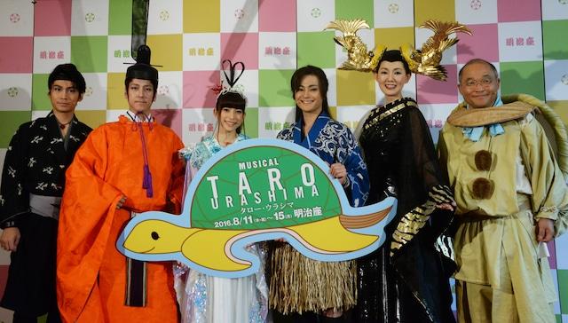 「TARO URASHIMA」フォトセッションの様子。左から崎本大海、和泉元彌、上原多香子、木村了、とよた真帆、斉藤暁。