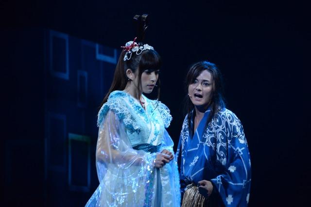 左から、上原多香子演じる乙姫、木村了演じる浦島太郎。