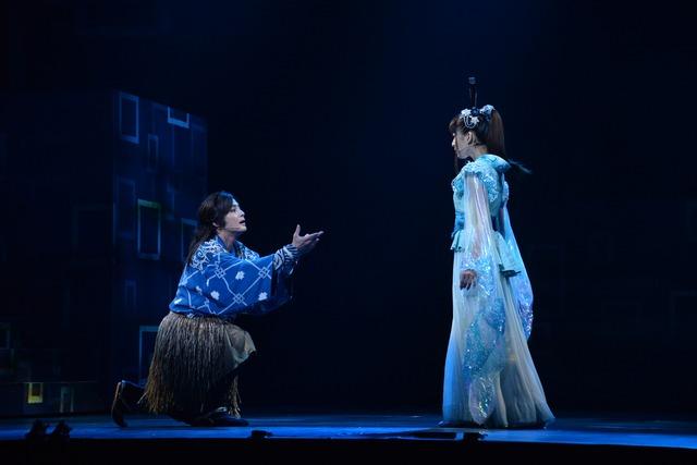 左から、木村了演じる浦島太郎、上原多香子演じる乙姫。