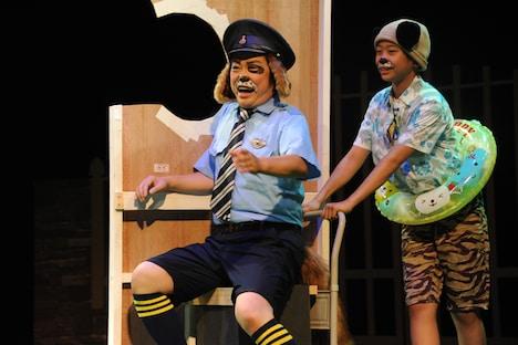 左から市川しんぺー演じるカントク、島田隆誠演じるコブン。