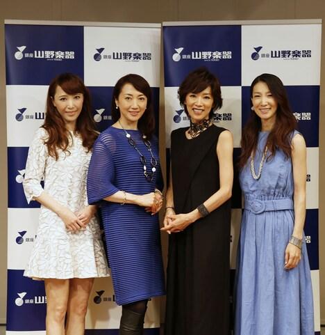 """「麗人REIJIN Season2 """"Festa""""」フォトセッションの様子。左から貴城けい、稔幸、真琴つばさ、春野寿美礼。"""