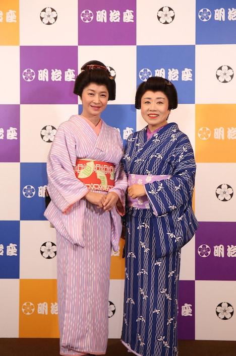 明治座九月公演「おたふく物語」フォトセッションの様子。左から田中美佐子、藤山直美。