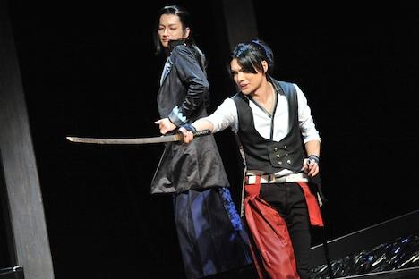 左から佐野大樹演じるサイガ、崎山つばさ演じるナミキヨ。