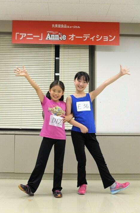 2017年に上演される丸美屋食品ミュージカル「アニー」より、左から野村里桜、会百花。