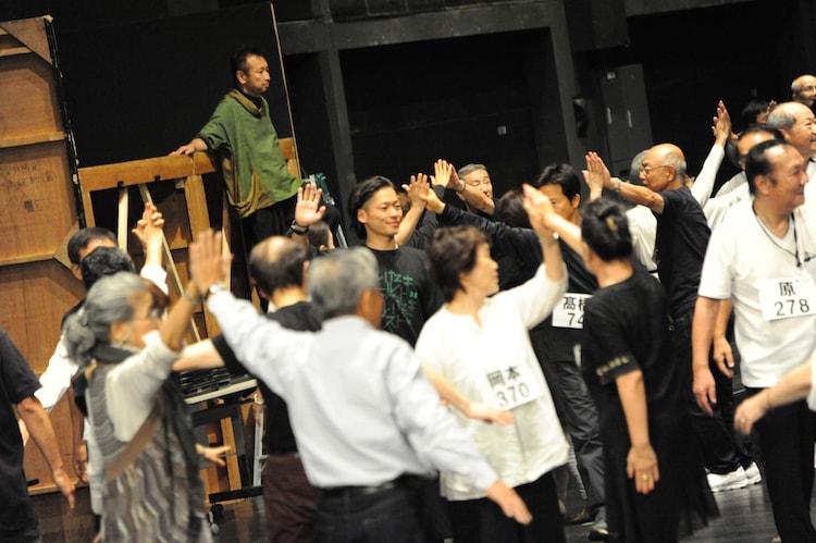 「1万人のゴールド・シアター2016『金色交響曲~わたしのゆめ・きみのゆめ~』」公開稽古の様子。