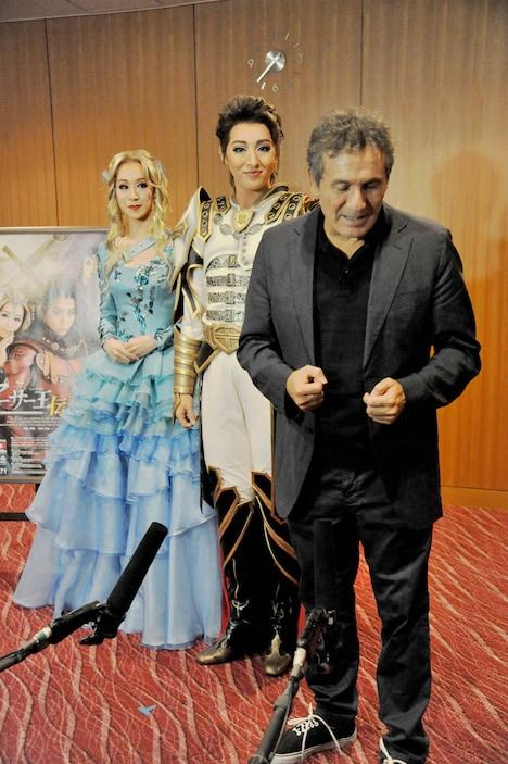 宝塚歌劇団月組「アーサー王伝説」囲み取材の様子。左から愛希れいか、珠城りょう、ドーヴ・アチア。