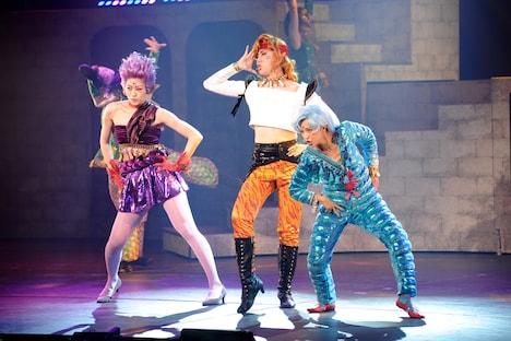 ミュージカル「『美少女戦士セーラームーン』-Amour Eternal-」ゲネプロより、安藤千尋、立道梨緒奈、Yumi演じるアマゾン・トリオ。