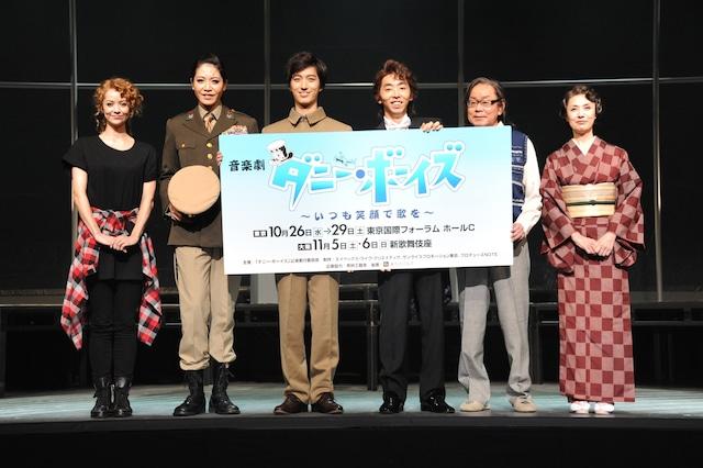 「音楽劇『ダニー・ボーイズ』~いつも笑顔で歌を~」囲み取材の様子。左からAKANE LIV、悠未ひろ、水田航生、柄本時生、ベンガル、剣幸。