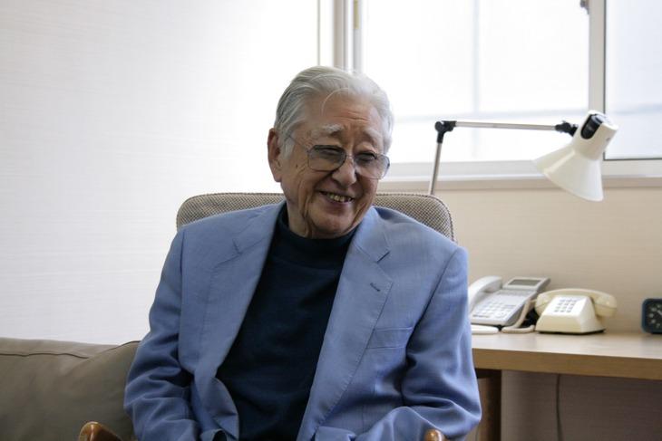 インタビューに応じる浅利慶太。(Photo by Theatre at Dawn)