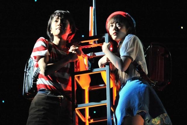 ミュージカル「わたしは真悟」公開ゲネプロより。左から門脇麦演じる近藤悟、高畑充希演じる山本真鈴。