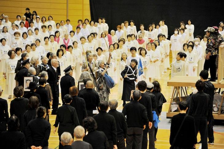 「1万人のゴールド・シアター2016『金色交響曲~わたしのゆめ・きみのゆめ~』」衣装付き通し稽古より。