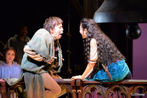 劇団四季 ミュージカル「ノートルダムの鐘」最終通し稽古より、左から飯田達郎演じるカジモド、岡村美南演じるエスメラルダ。