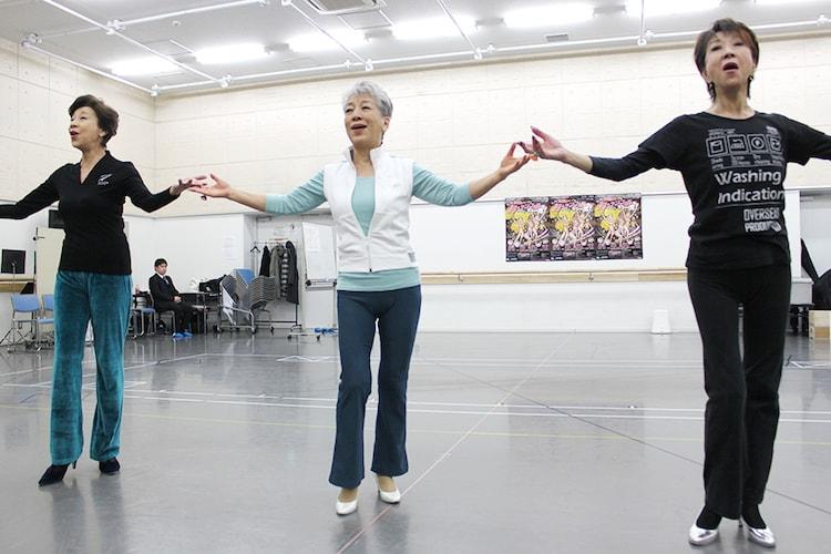 「THE レビュー『カーテンコールをもう一度!』」稽古場より、左から前田美波里、中尾ミエ、金井克子。