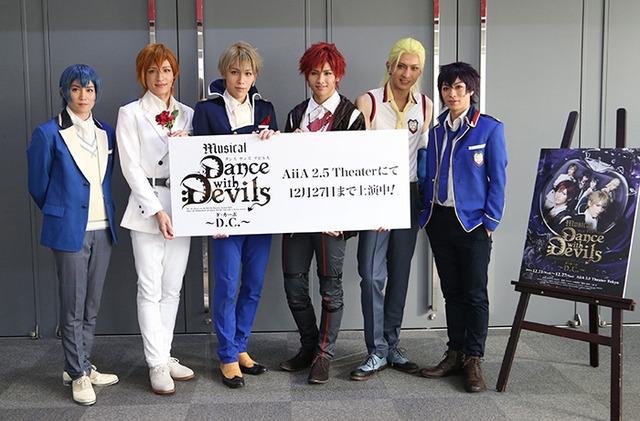 ミュージカル「Dance with Devils~D.C.(ダ・カーポ)~」フォトセッションの様子。左から内藤大希、神里優希、神永圭佑、萩尾圭志、吉岡佑、安川純平。