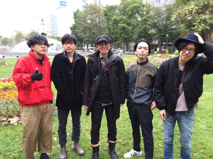左から日向秀和、ナカヤマシンペイ、鈴井貴之、大山純、ホリエアツシ。(c)「不便な便利屋 2016 初雪」製作委員会