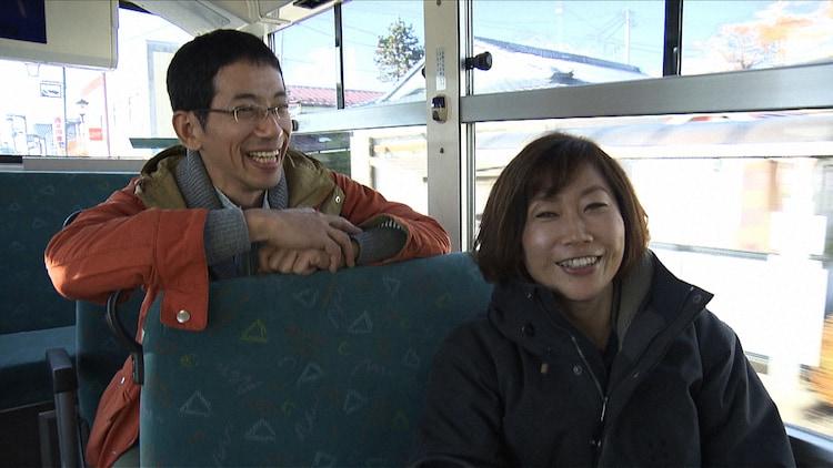 NHK総合「のんびりゆったり路線バスの旅スペシャル 拡大版!ちょっといい景色へ 徳島・福島」より、左から野間口徹、峯村リエ。(c)NHK