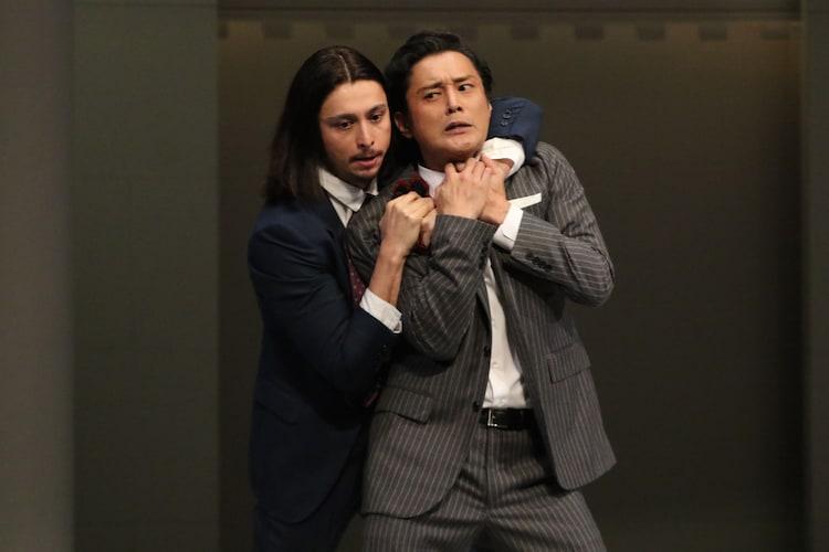 「お気に召すまま」ゲネプロより。左からジュリアン演じるオーランドー、横田栄司演じるオリヴァー。