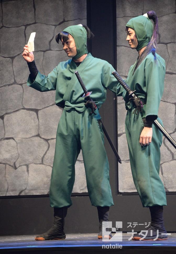 「ミュージカル『忍たま乱太郎』第8弾 ~がんばれ五年生!技あり、術あり、初忍務!!~」より、左から海老澤健次演じる潮江文次郎、北村健人演じる立花仙蔵。