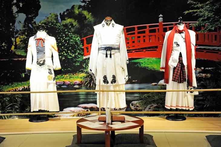 「嚴島神社 世界遺産登録20周年記念奉納行事 ミュージカル『刀剣乱舞』 in 嚴島神社」で着用した衣装。左から堀川国広、三日月宗近、加州清光。