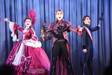 左から綺咲愛里演じるマルグリット・サン・ジュスト、紅ゆずる演じるパーシー・ブレイクニー、礼真琴演じるショーヴラン。