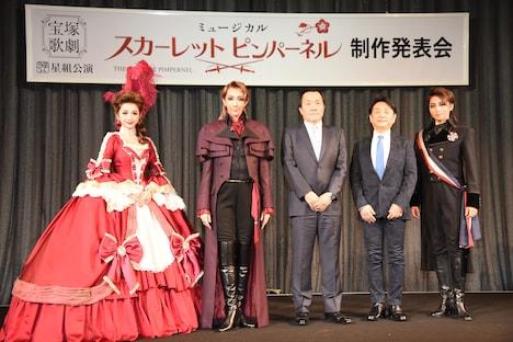 宝塚歌劇星組「ミュージカル『THE SCARLET PIMPERNEL(スカーレット ピンパーネル)』」製作発表会より、左から綺咲愛里、紅ゆずる、小川友次氏、小池修一郎、礼真琴。