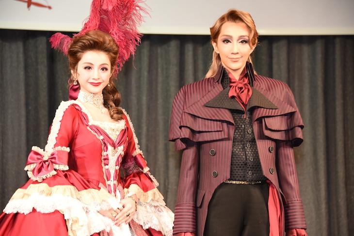 宝塚歌劇星組「ミュージカル『THE SCARLET PIMPERNEL(スカーレット ピンパーネル)』」製作発表会より、左から綺咲愛里、紅ゆずる。