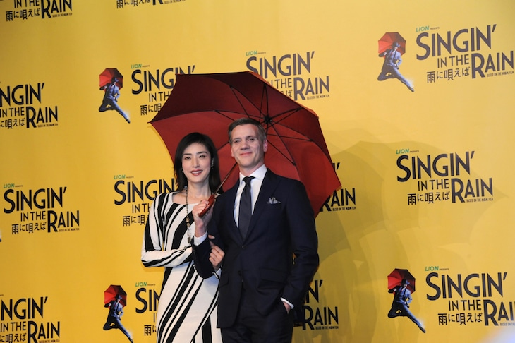 ミュージカル「SINGIN' IN THE RAIN 雨に唄えば」会見より。左から天海祐希、アダム・クーパー。
