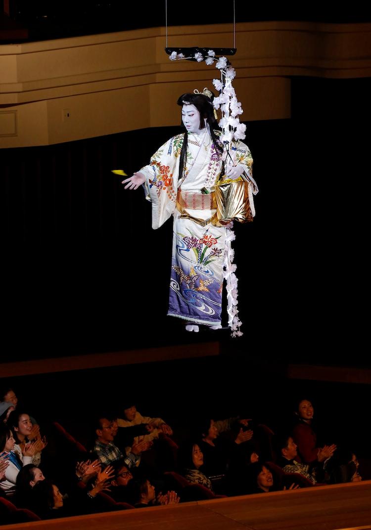 """ステージナタリー            猿之助""""宙乗り豆まき""""で観客に福呼び込む、博多座「二月花形歌舞伎」開幕"""
