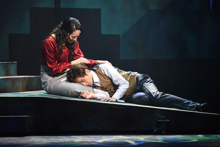 ミュージカル「アルジャーノンに花束を」ゲネプロより、左から水夏希演じるアリス・キニアン、矢田悠祐演じるチャーリィ・ゴードン。