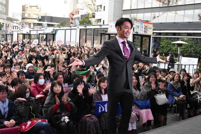 イベント参加者と記念撮影をする高橋大輔。