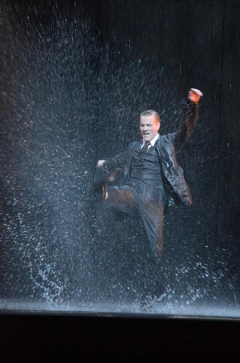 ミュージカル「SINGIN' IN THE RAIN 雨に唄えば」フォトコールより。